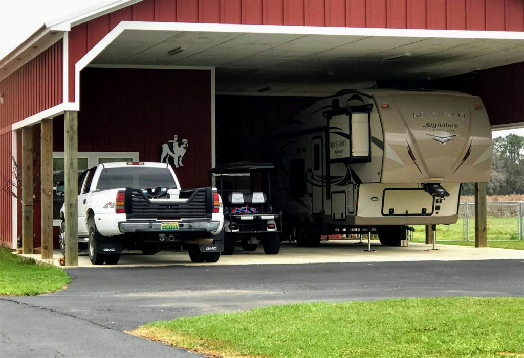 truck with 5th wheel tailgate for towing fifth wheel RV