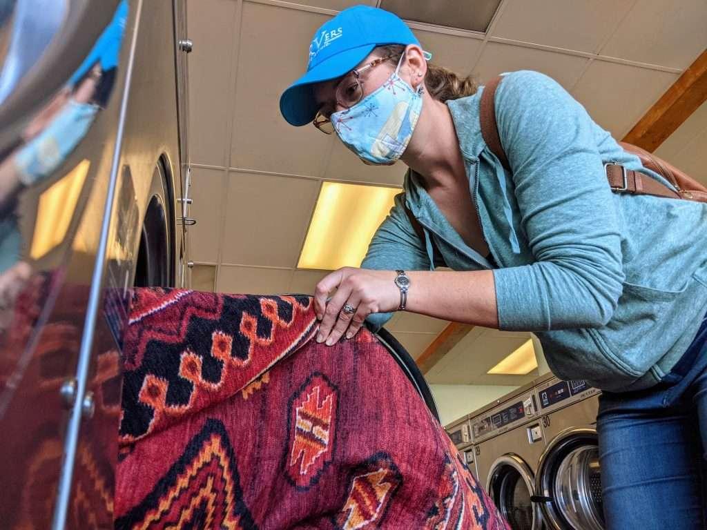 putting washable rug in laundromat