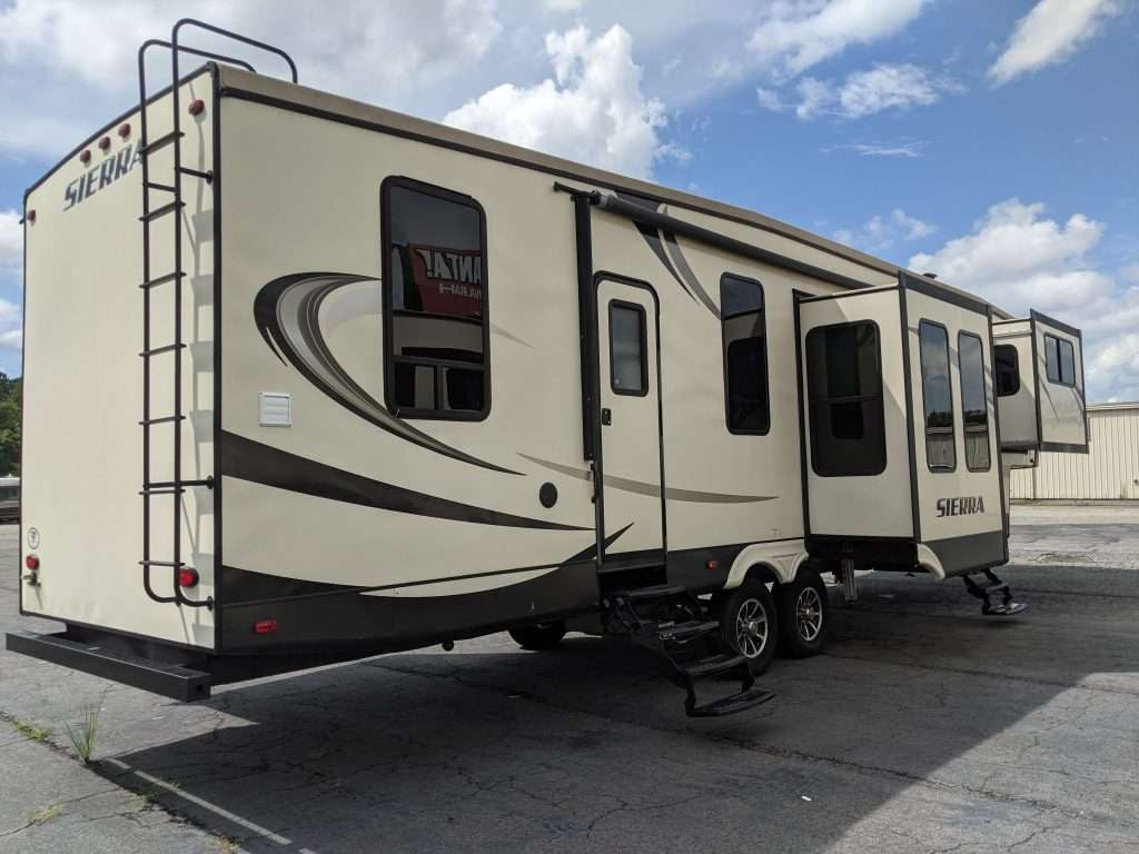 FL 5th wheel with front and rear entry doors